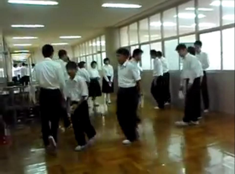Πως μαθαίνουν οι Ιάπωνες μαθητές να σέβονται το σχολείο τους (βίντεο)