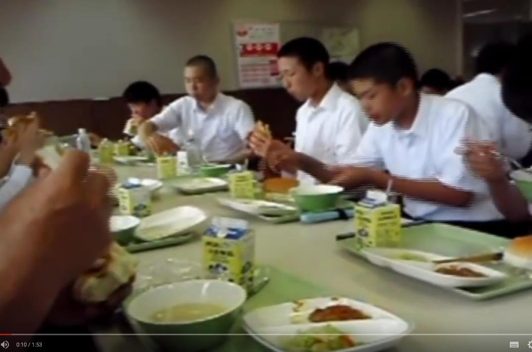 Μεσημεριανό σε σχολείο στην Ιαπωνία (βίντεο)