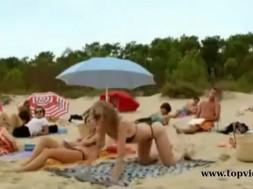 Της άξιζε; Φάρσα στην παραλία!