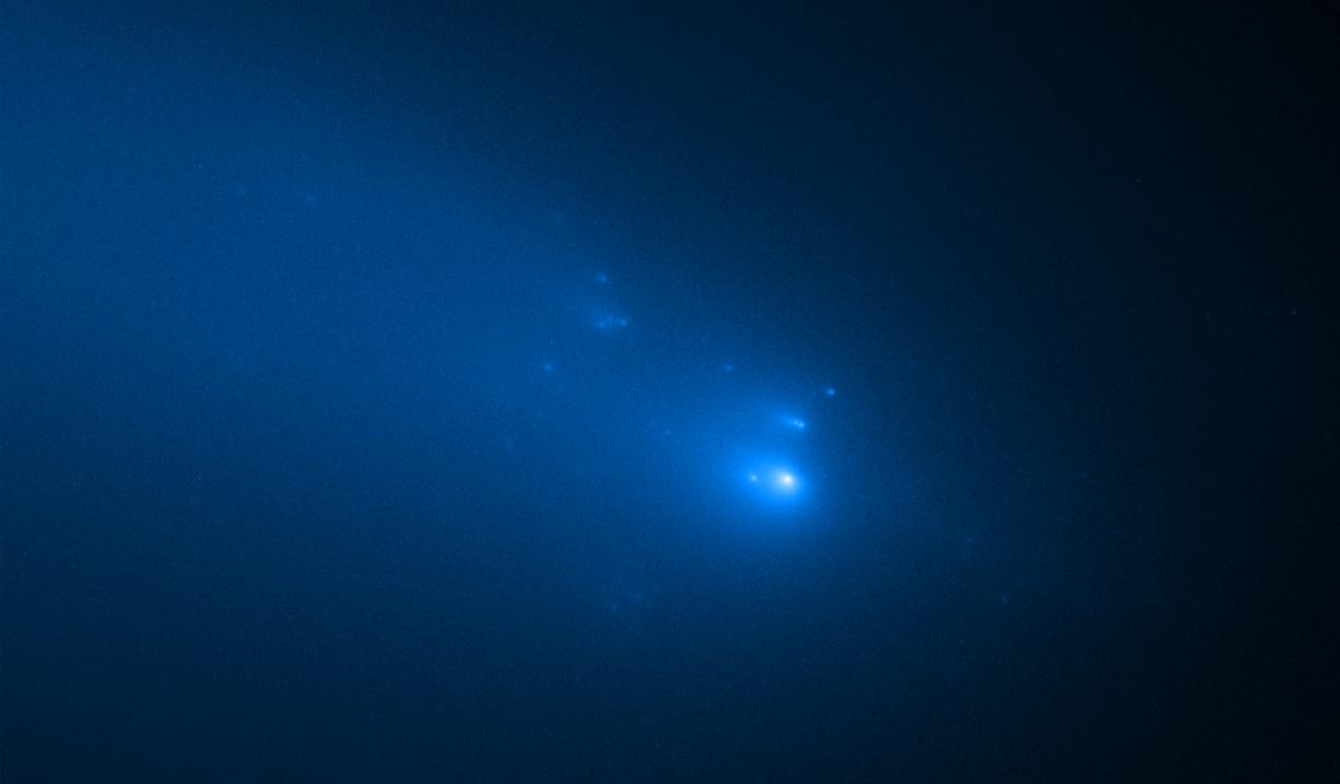 Ο κομήτης Atlas διαλύεται σε κομμάτια καθώς το τηλεσκόπιο Hubble παρακολουθεί